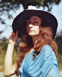 "<img src=""image.gif"" alt=""woman with a wide brim hat"" />"